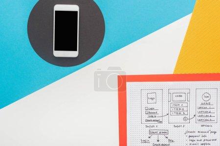 vue du haut du smartphone près du modèle de conception de site Web sur fond abstrait