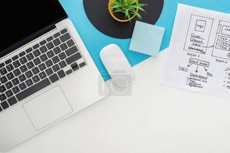 Photo pour Vue du dessus de l'ordinateur portable, souris d'ordinateur, usine, modèle de conception de site Web sur fond géométrique abstrait - image libre de droit