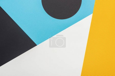 Photo pour Vue de dessus du fond géométrique abstrait noir, jaune, bleu et blanc - image libre de droit
