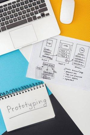 Photo pour Vue d'ensemble d'un bloc-notes avec prototypage de lettres, ordinateur portatif, souris d'ordinateur et modèle de conception de site Web sur fond géométrique abstrait - image libre de droit