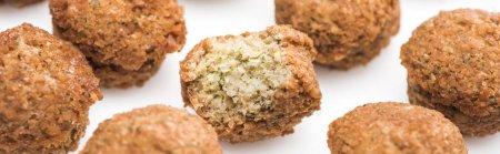 Photo pour Vue rapprochée de délicieuses boules de falafel cuites fraîches sur fond blanc, vue panoramique - image libre de droit