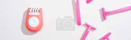 Photo pour Vue de dessus des rasoirs roses femelles et de l'épilateur sur fond blanc, vue panoramique - image libre de droit