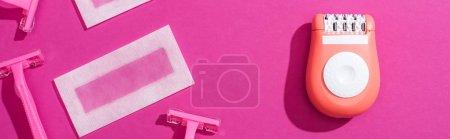 Photo pour Vue de dessus des rasoirs jetables, épilateur et bandes d'épilation de cire sur fond rose, vue panoramique - image libre de droit