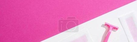 Photo pour Vue de dessus des rayures jetables d'épilation de rasoir et de cire sur fond blanc et rose, vue panoramique - image libre de droit