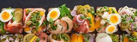 Photo pour Prise de vue panoramique de sandwichs traditionnels aux œufs durs à la surface grise - image libre de droit