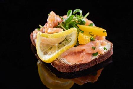 Photo pour Gros plan du saumon sur un sandwich smorrebrod au noir - image libre de droit