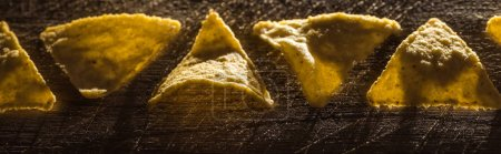 Photo pour Plat posé avec de délicieux nachos de maïs croustillant sur une table rustique en bois, vue panoramique - image libre de droit