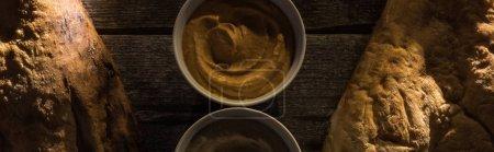 vue de dessus de délicieux houmous assortis et de pitas frais cuits au four sur une table rustique en bois, vue panoramique
