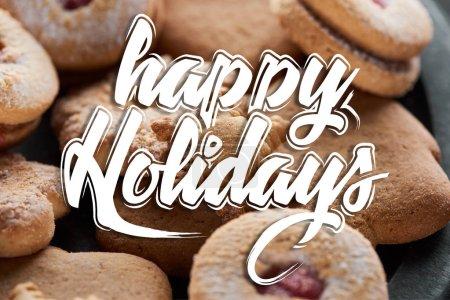 Foto de Cerca de la vista de las deliciosas galletas de copos de nieve cocidas con alegres ilustraciones navideñas. - Imagen libre de derechos