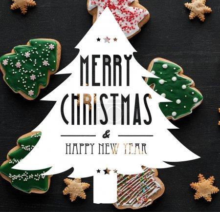 Photo pour Délicieux biscuits de Noël émaillés sur fond noir avec joyeux Noël et joyeuse illustration du Nouvel An - image libre de droit