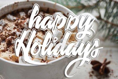 Photo pour Vue de près du cacao de Noël avec guimauve et poudre de cacao dans la tasse avec illustration des joyeuses Fêtes - image libre de droit
