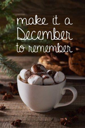 Photo pour Mise au point sélective de Noël cacao avec guimauve sur table en bois avec en faire un Décembre à se souvenir illustration - image libre de droit