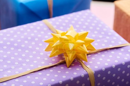 Foto de Selective focus of present with yellow bow - Imagen libre de derechos