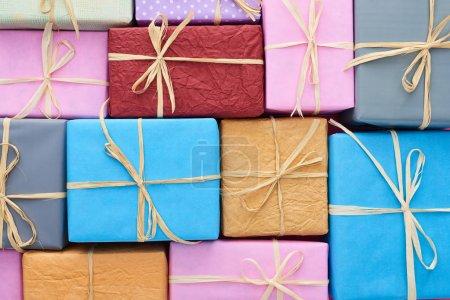 Foto de Vista superior de los regalos multicolores envueltos con arcos. - Imagen libre de derechos