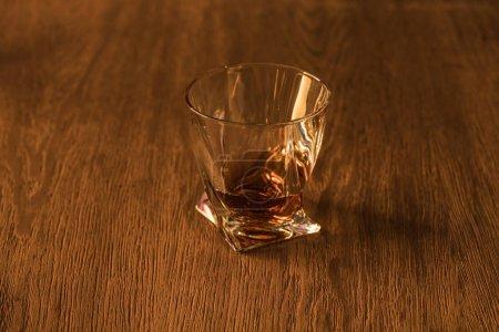 Photo pour Verre de brandy sur table en bois - image libre de droit