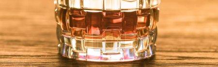 Photo pour Vue rapprochée du brandy en verre sur table en bois, vue panoramique - image libre de droit