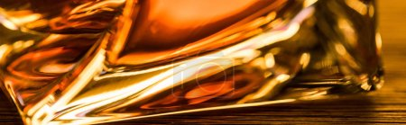 Photo pour Vue rapprochée du brandy en verre, vue panoramique - image libre de droit