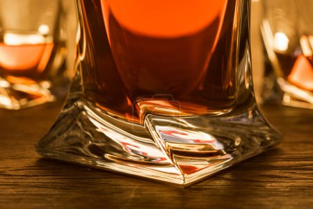Photo pour Close up view of brandy in decanter and glasses on table - image libre de droit