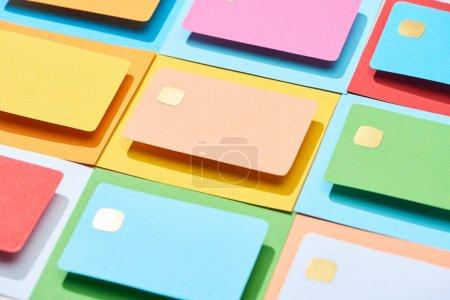Foto de Tarjetas de crédito vacías multicolores en un fondo colorido - Imagen libre de derechos