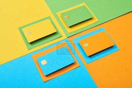 Photo pour Cartes de crédit vides sur fond vert, orange, bleu et jaune - image libre de droit