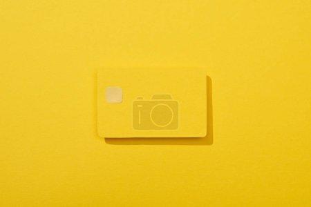 vue du dessus de la carte de crédit vide coloré sur fond jaune