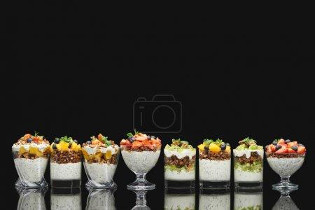 Foto de Granola fresca con frutas y bayas frescas aisladas en negro. - Imagen libre de derechos