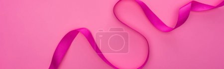Photo pour Vue de dessus du ruban incurvé en soie isolé sur fond rose, panoramique - image libre de droit