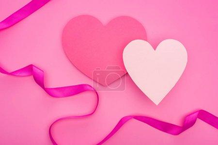 Photo pour Top vue de cœurs de papier vides avec ruban isolé sur rose - image libre de droit