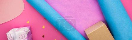Photo pour Valentines confetti, ciseaux, carte de voeux, papier d'emballage, boîte cadeau sur fond rose - image libre de droit