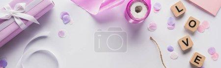 Foto de Vistas superiores de la decoración, regalo y carta de amor de las plumas de fondo blanco, disparo panorámico. - Imagen libre de derechos
