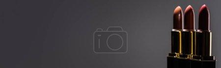 Photo pour Rouge à lèvres en ligne foncée sur fond noir, plan panoramique - image libre de droit