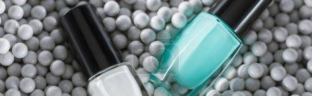 Photo pour Top vue du vernis à ongles bleu et blanc en bouteille en perles décoratives grises, photo panoramique - image libre de droit
