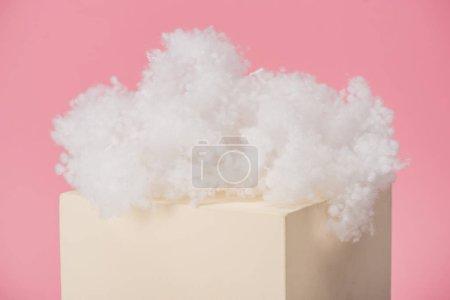 Foto de Nube blanda de lana de algodón en cubos aislados sobre fondo rosado. - Imagen libre de derechos