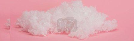 Foto de Nube de lana blanca de algodón sobre fondo rosa, tiro panorámico. - Imagen libre de derechos