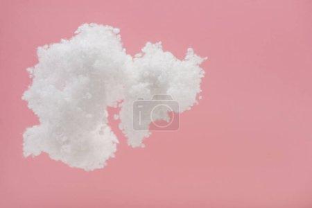 Foto de Nube blanda de lana de algodón aislada sobre lana rosada - Imagen libre de derechos