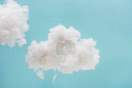 Foto de Nubes suaves blancas de lana de algodón aisladas sobre fondo azul - Imagen libre de derechos