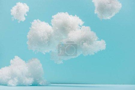 Foto de Nubes suaves blancas de lana de algodón aisladas en azul - Imagen libre de derechos