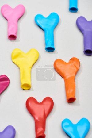 Photo pour Vue en haut de ballons colorés en forme de coeur sur fond gris - image libre de droit