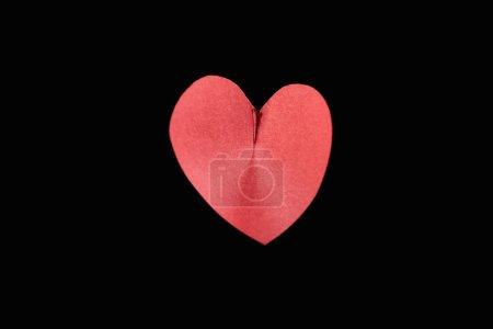 Foto de Visión superior del papel rojo en forma de corazón aislado sobre negro - Imagen libre de derechos