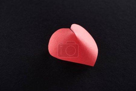 Photo pour Papier rouge en forme de coeur isolé sur noir - image libre de droit