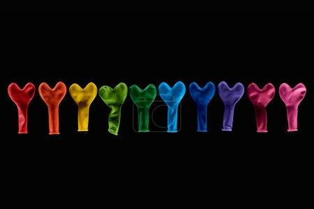 Photo pour Vue supérieure de ballons colorés en forme de coeur isolés sur fond noir - image libre de droit
