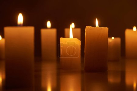 Photo pour Foyer sélectif de la combustion des bougies luisant dans l'obscurité - image libre de droit