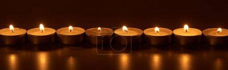 Photo pour Bougies blanches allumées dans l'obscurité, plan panoramique - image libre de droit