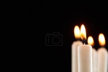Photo pour Foyer sélectif de la combustion bougie blanche luisant isolé sur noir - image libre de droit