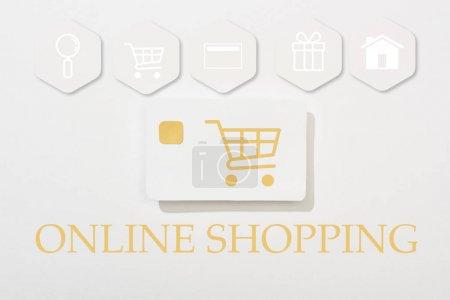 Photo pour Vue du dessus de la carte de crédit sur fond blanc avec illustration de magasinage en ligne - image libre de droit