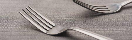 Photo pour Mise au point sélective de deux fourchettes de nappe grise, plan panoramique - image libre de droit