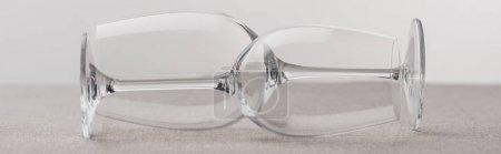 Photo pour Vue panoramique de verres à vin sur tissu isolé sur gris - image libre de droit
