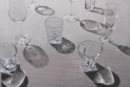 Foto de Vista de gran angular de cristales transparentes con sombra sobre manteles grises. - Imagen libre de derechos