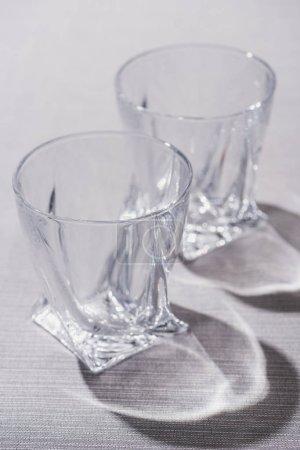 Photo pour Lunettes transparentes avec ombre sur la surface grise - image libre de droit