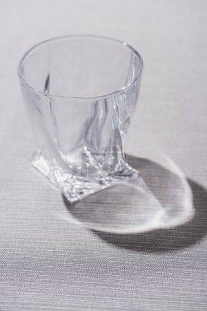 Photo pour Verre clair avec ombre sur la surface grise - image libre de droit